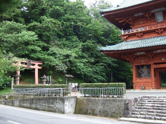 嶽弁才天(だけのべんざいてん)への入り口と大門